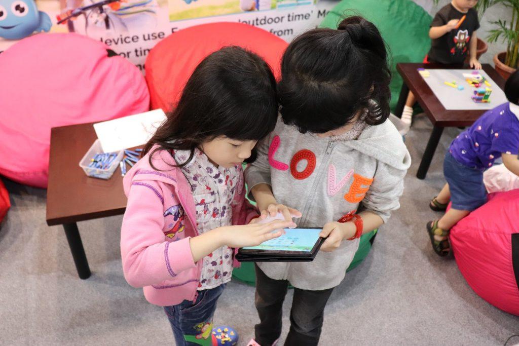 children using device